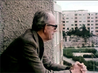 Arkitekten Tore Ahlsén tittar från sin balkong på Henriksdalsringen