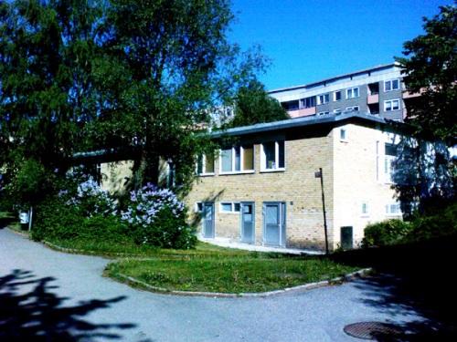 Henriksdalsberget, Nacka: Fritidsgården Glada Henkan på Henriksdalsberget innergård