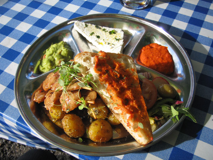 Tzayspett med fetaost, oliver och sallad på Boule & Berså