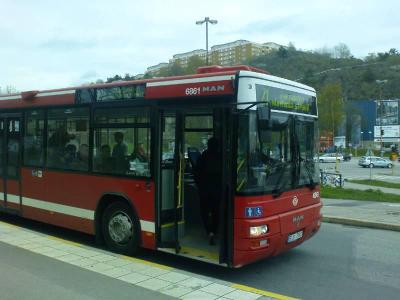 Buss 71 stannar på Kanalvägen i Henriksdalshamnen