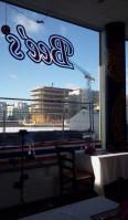 Jan Inghe Hagströms-torg genom fönstren på Bee's thairestaurang i Henriksdalshamnen