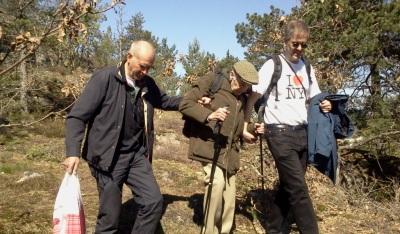 Gudmund Götherström får hjälp att ta sig ner från Trolldalen