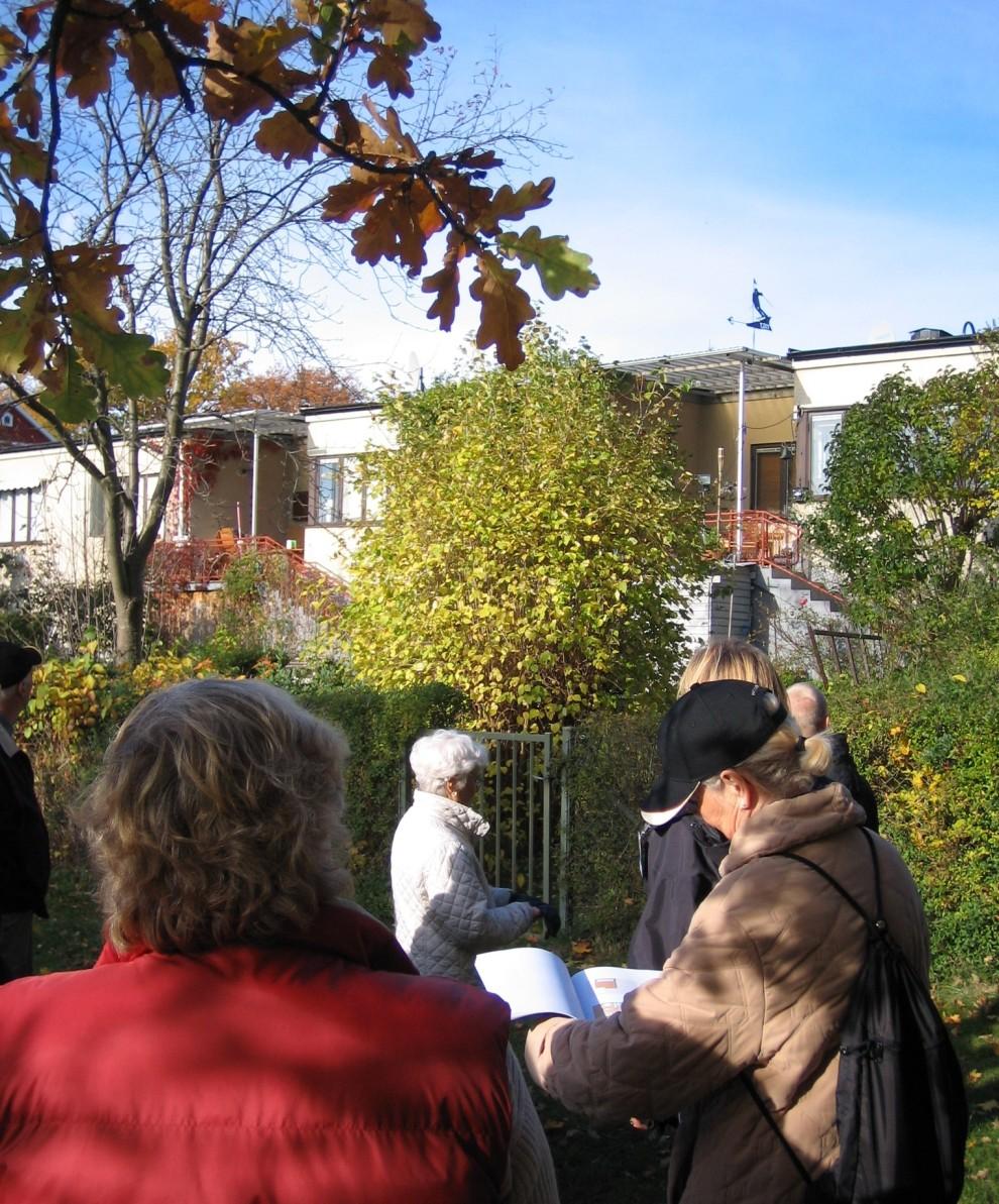 Funkishusen på Kvarnholmen med stadsvandrare och grönska