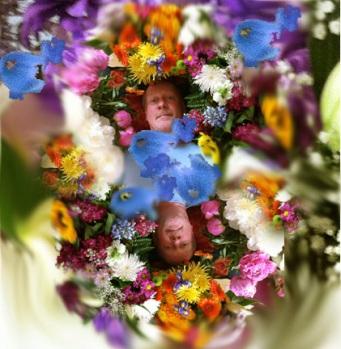 Målaren Björn Wessman i ett blomhav