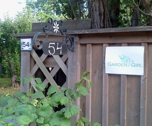 Garden Girls skylt på Kvarnholmsvägen 54 i Gäddviken, Nacka