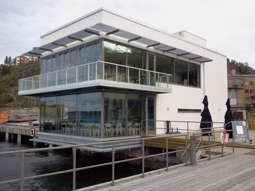 Sjökrogen LIlla Piren, tidigare, F/B Sea med uteservering i Finnboda hamn