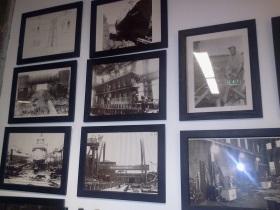 På Äventyrskontorets kontor finns många fotografier som visar Finnboda varv