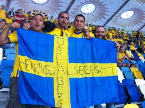 Grabbar från Henriksdalsberget och Jarlaberg håller i svensk flagga under fotboll EM i Ukraina