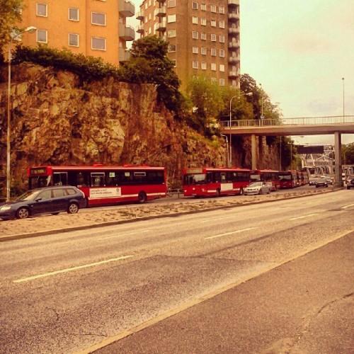 åtta tomma SL-bussar nedanför Danviksklippan