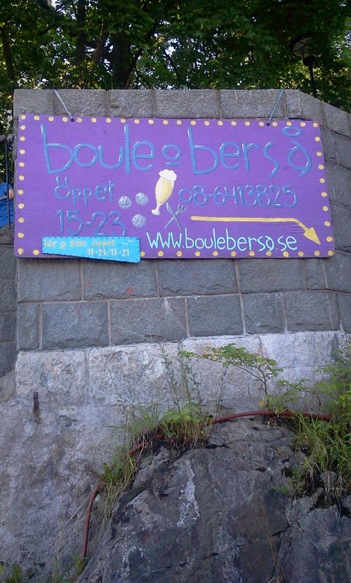snygg skylt för boule & berså i trappan mellan Danviksbron och Danviksklippan