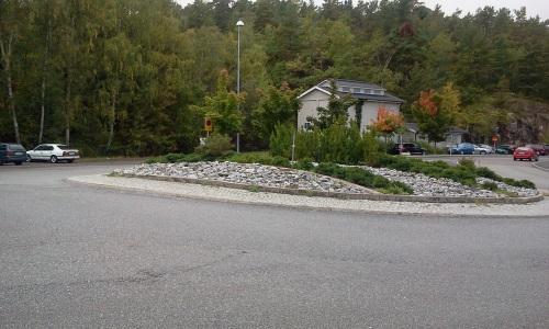 Rondell på Kvarnholmsvägen döljer kommande bilar