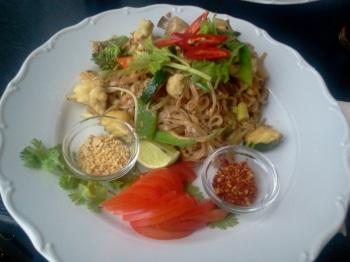 Wokade nudlar med grönsaker, tofu och jordnötter på PONG Henriksdal