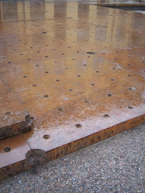 industritäppspark vid brf finnboda hamnkontor med metallplattor från finnboda varvs tidigare svetshall