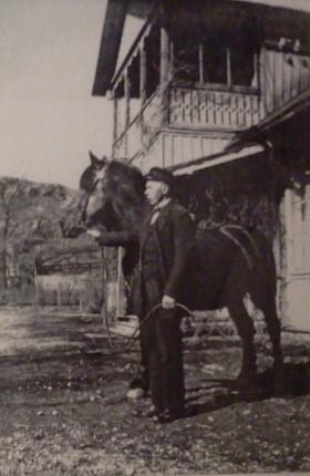 Hospitalshästen Roland, kusken Einar Karlsson och trädgårdsmästarens bostad i Henriksdal