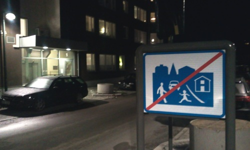 Henriksdalshamnen: Skylt som indikerar att gångfartsområde upphör i början av Båtklubbvägen