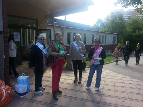 folkpartiets, miljöpartiets, socialdemokraternas och fi:s valarbetare delar ut röstsedlar utanför vilans skola i nacka