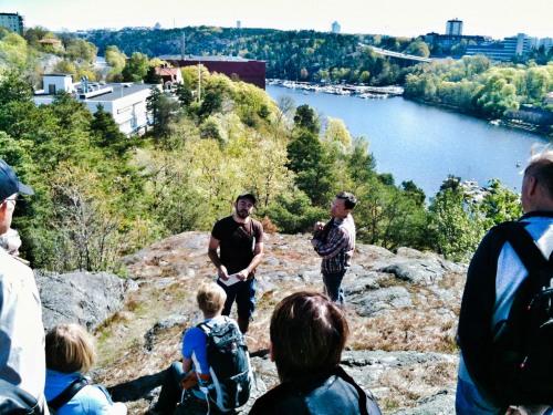 Bloggaren Konstantin C Irina  guidar på stadsvandring i Henriksdal
