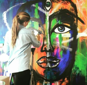 Konstnären Therese Lind målar på Docklands väggar