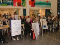 grannar vid seniorhuset bakom danvikshem protesterar mot försämrad tillgänglighet
