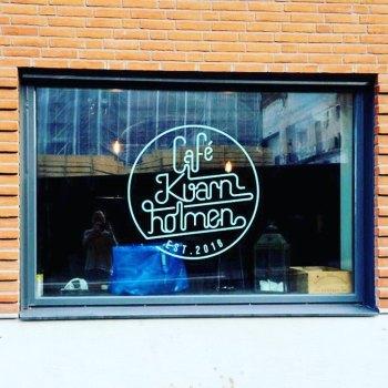 logotyp för café kvarnholmen i nacka