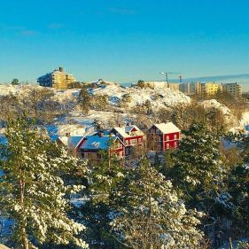 Utsikt mot röda trävillorna i Gäddviken från Trolldalen i Nacka