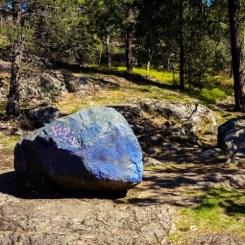 Fyra stora olikfärgade sten hjälper barnen att orientera sig i skogen (bild: konstantin irina)