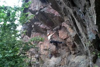 Klätterväggen nedanför Trolldalen på Henriksdalsberget