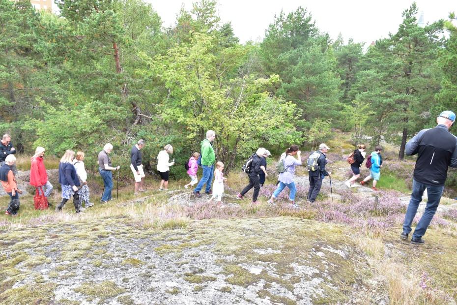 Naturvandrare på huvudstigen i skogen Trolldalen