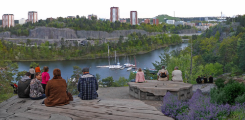 Kommunens vision: Grannar lyssnar på buller från Värmdövägen från det som är kvar av Trolldalen