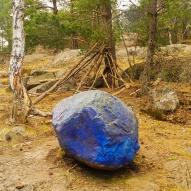 Barnens blå sten och koja i Trolldalen (vår)