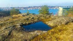 Bageriberget i Saltsjöqvarn: Klippa med vattenpöl och utsikt mot Djurgården