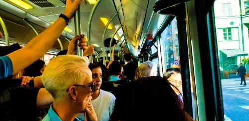 Fullsatt buss 53 med både boende och resenärer som ska till Finlandsbåtarna