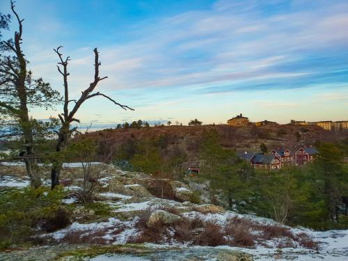 Finnberget syns från Trolldalen i Nacka