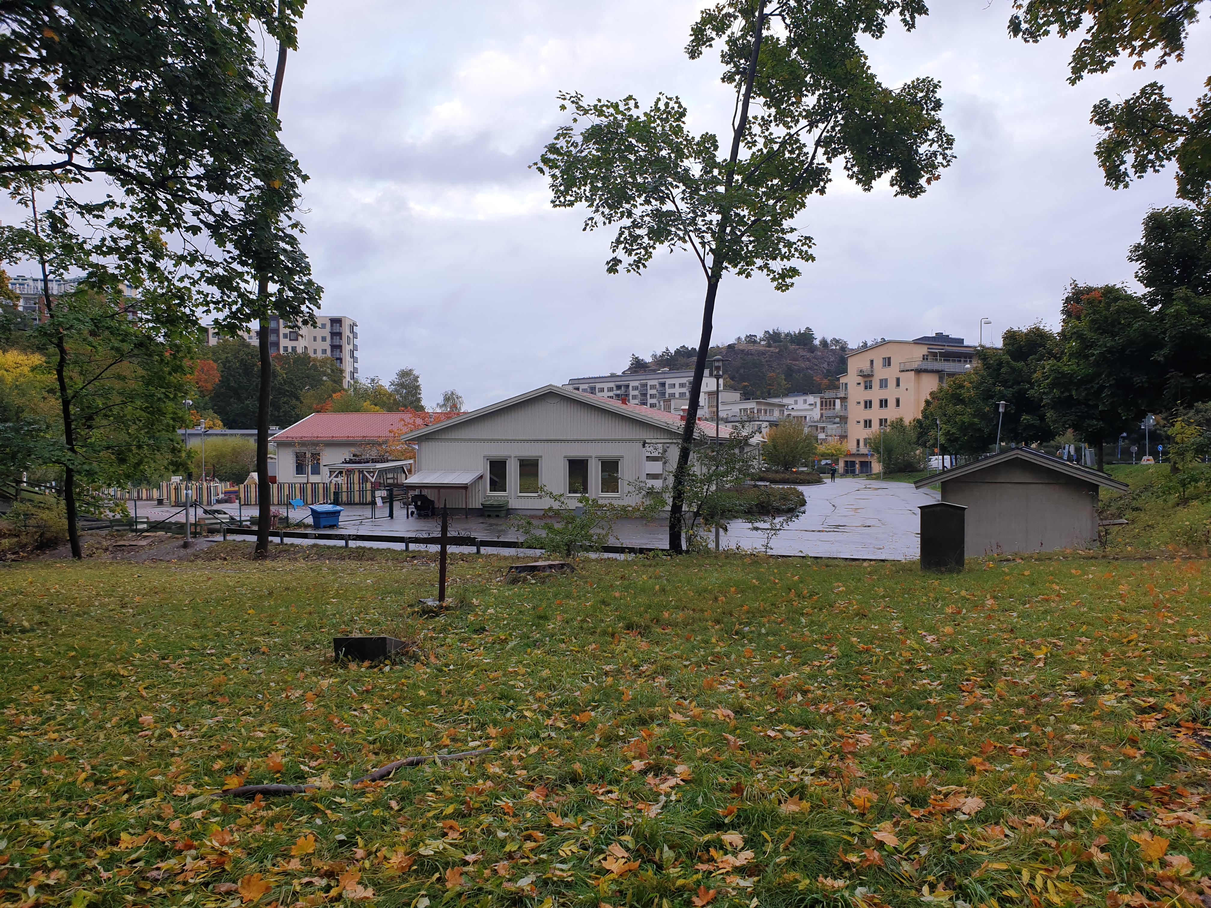 Få träd kvar mellan Finnboda förskola och ödekyrkogården